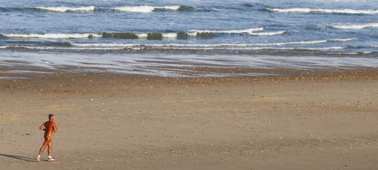 naturist strand sports